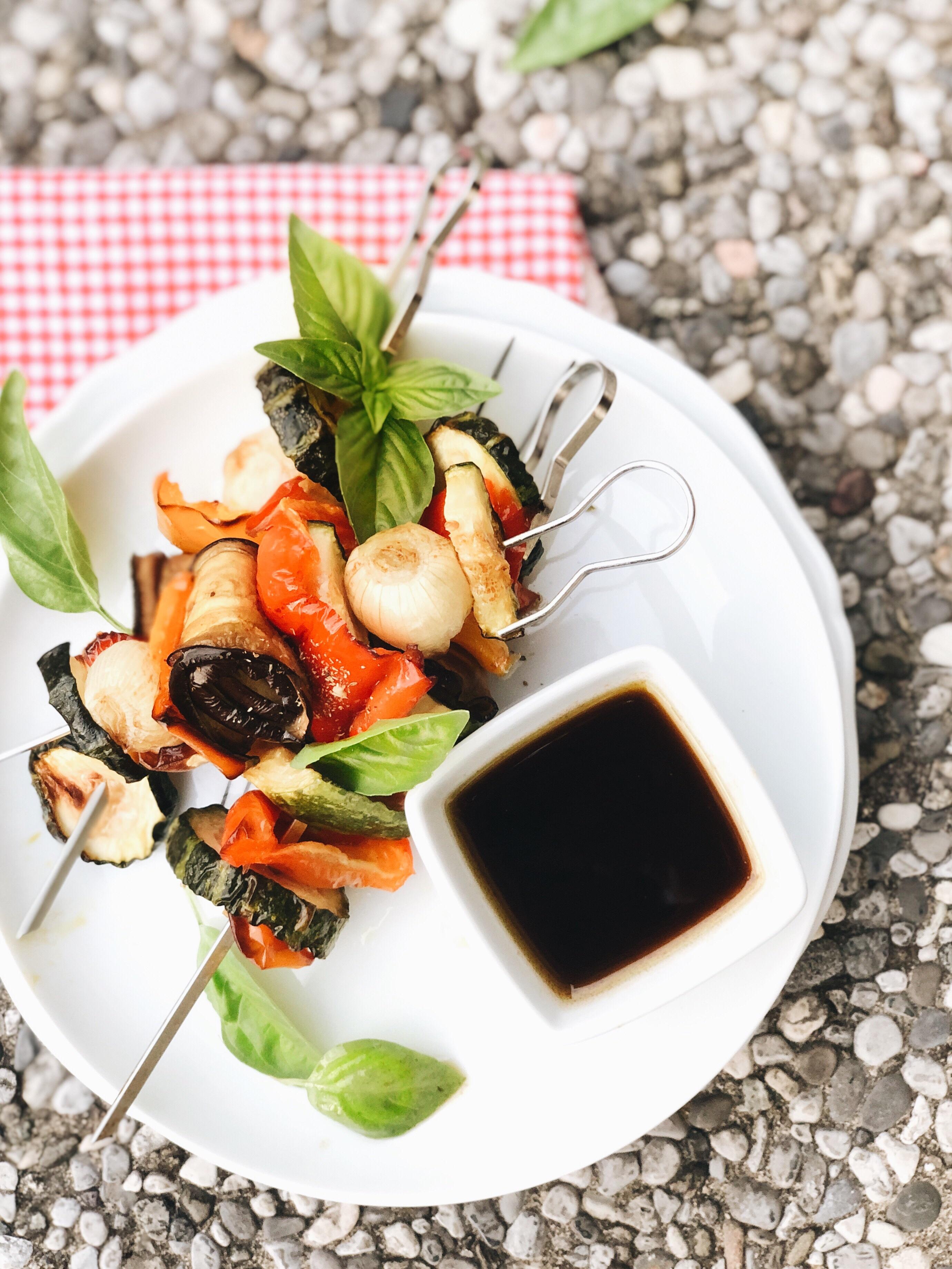 Spiedini di verdure al basilico
